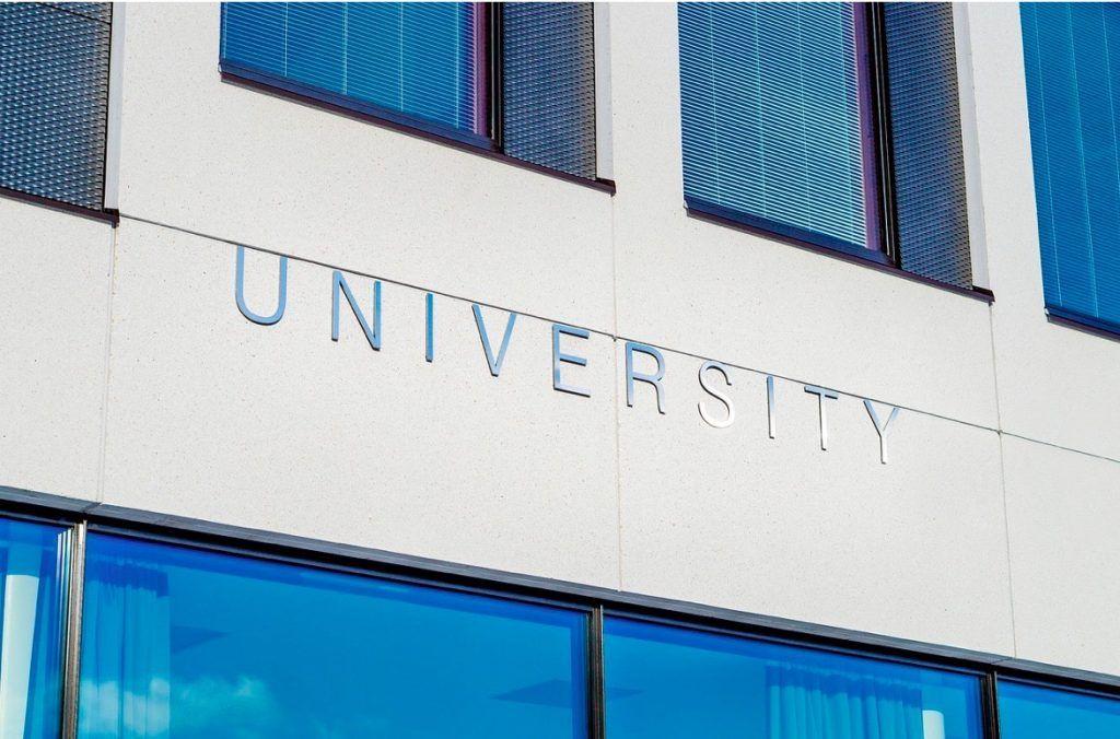 obligación del padre a costear los estudios universitarios de los hijos