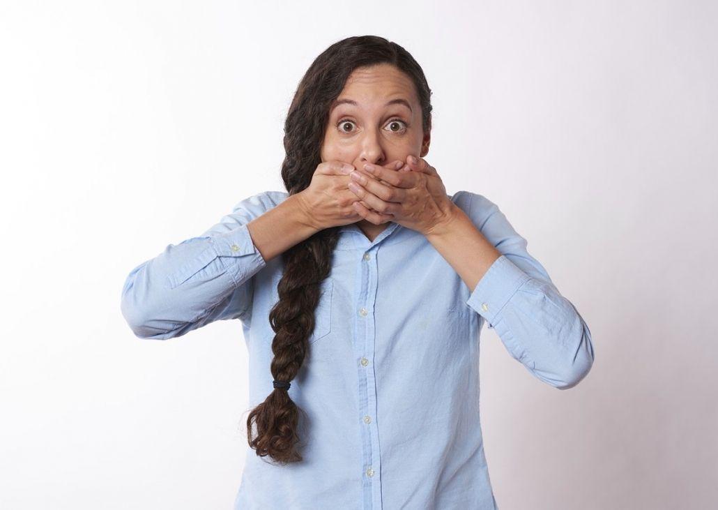 la esposa o pareja tiene derecho a guardar silencio y no declarar contra el agresor conforme art 416 LECrim