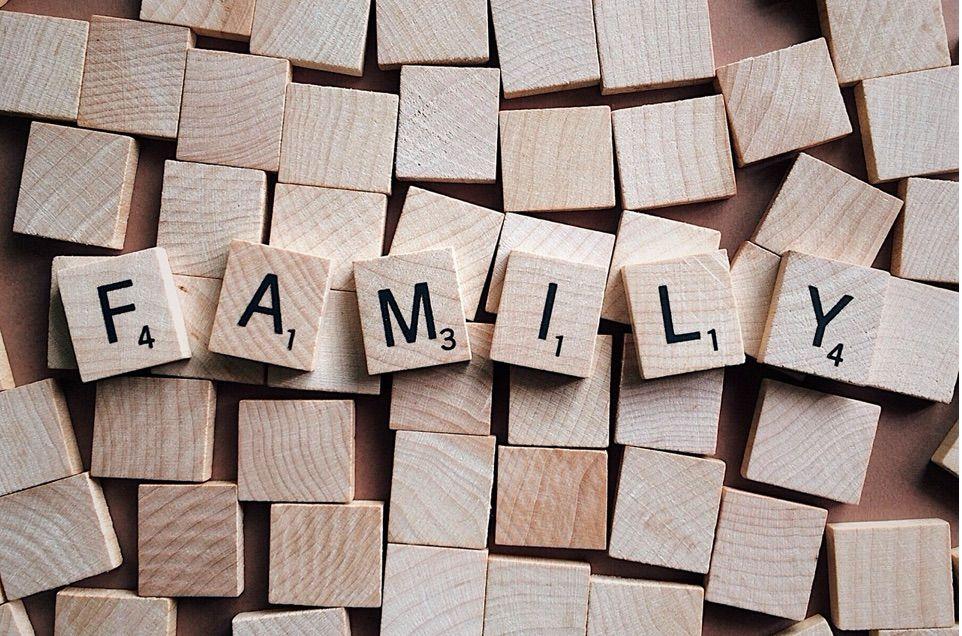 busca aliados en familiares