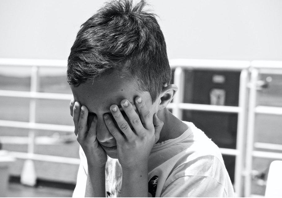 ciertos comportamientos de los hijos de tu pareja te pueden parecer que es un malcriado o maleducado
